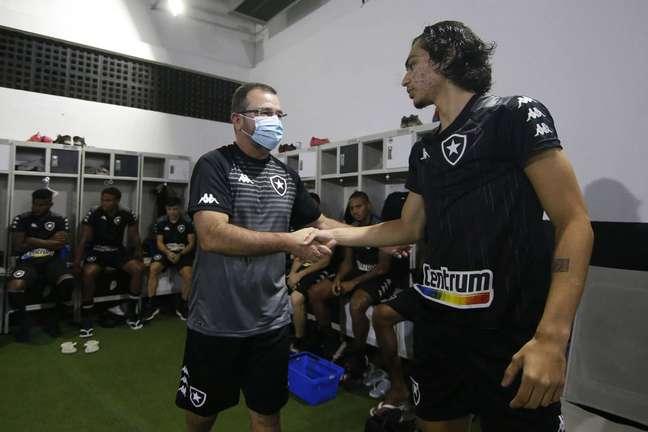 Enderson Moreira cumprimenta o atacante Matheus Nascimento, um dos destaques da base botafoguense. (Foto: Divulgação/Vítor Silva)