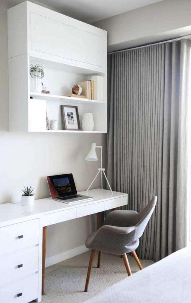 37. Escrivaninha branca com cadeira moderna para decoração de quarto com escritório – Foto: Pinterest
