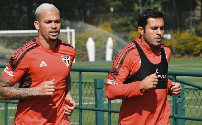Luciano e Eder durante trabalhos de fisioterapia (Foto: Reprodução/ Twitter @SaoPauloFC)