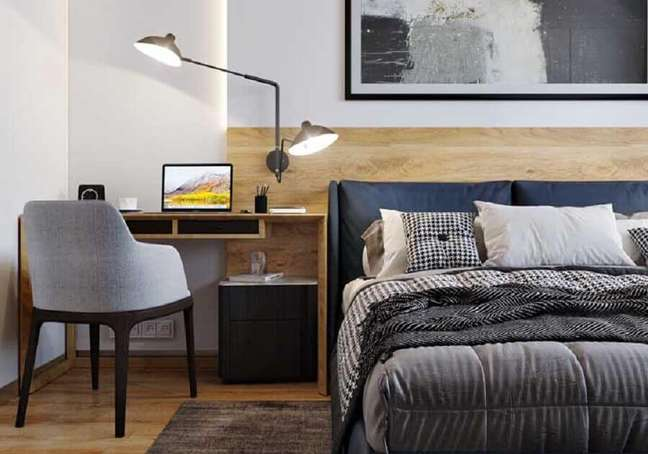 41. Escrivaninha de madeira para decoração de quarto de casal com escritório – Foto: Pinterest