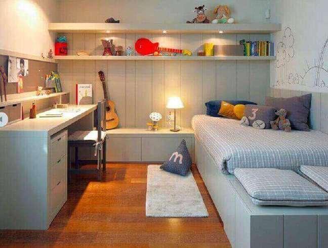 47. Decoração em cinza claro para quarto com escritório planejado – Foto: We Heart It