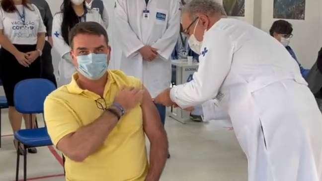 O senador Flávio Bolsonaro recebeu o imunizante do ministro da Saúde, Marcelo Queiroga.