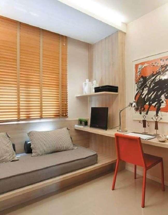 1. Bancada de madeira para decoração de quarto planejado com escritório – Foto: Simples Decoração