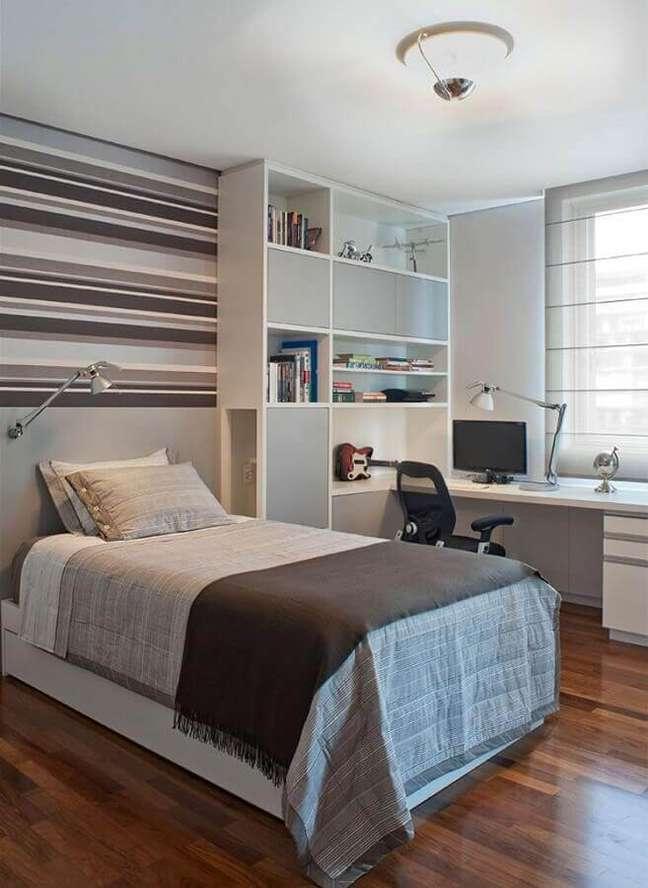 52. Quarto com escritório branco e cinza decorado com papel de parede listrado – Foto: Pinterest