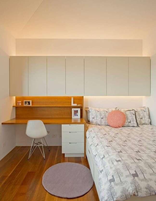 32. Decoração simples para quarto com escritório – Foto: Houzz