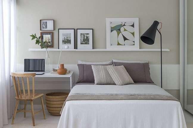 39. Escrivaninha branca simples para decoração de quarto de casal com escritório – Foto: Pinterest