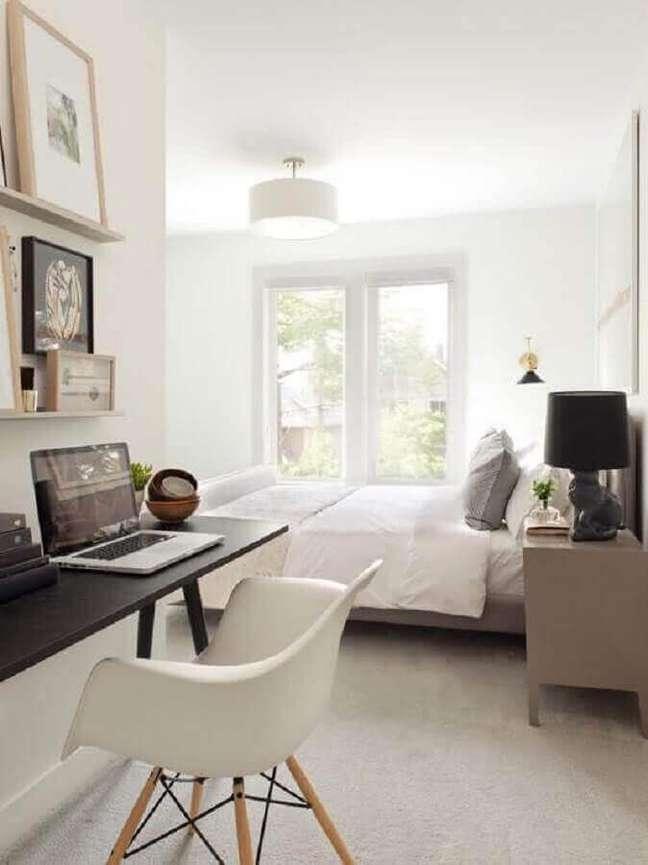45. Escrivaninha preta para decoração de quarto de casal com escritório – Foto: Pinterest