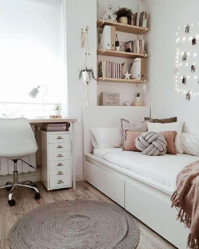 6. Decoração simples para quarto solteiro com escritório em cores claras – Foto: Archzine