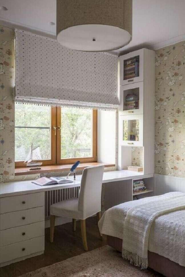 48. Papel de parede bege para decoração de quarto com escritório planejado – Foto: Pinterest