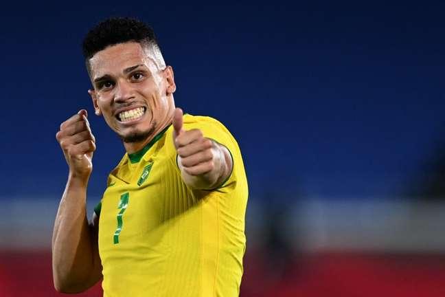 Paulinho comemorou gol com 'flechada' em referência ao Orixá caçador (Foto: DANIEL LEAL-OLIVAS / AFP)