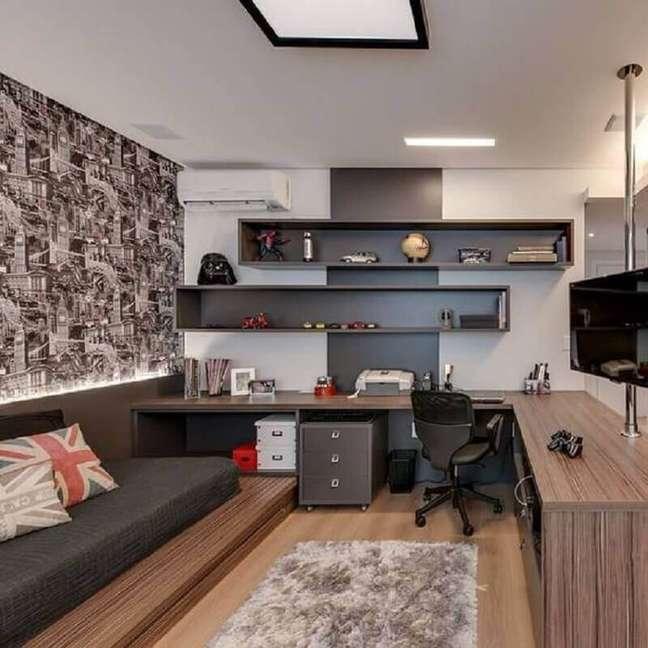 10. Bancada de canto planejada para decoração de quarto solteiro com escritório – Foto: Pinterest