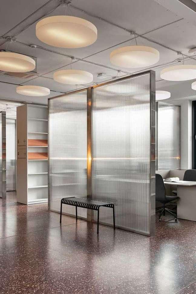 12. Divisórias para escritório de vidro e ferro – Foto Pinterest