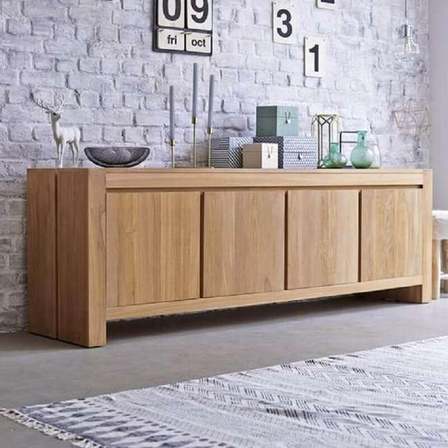 1. Buffet aparador de madeira para decoração de sala com parede rústica – Foto: Pinterest
