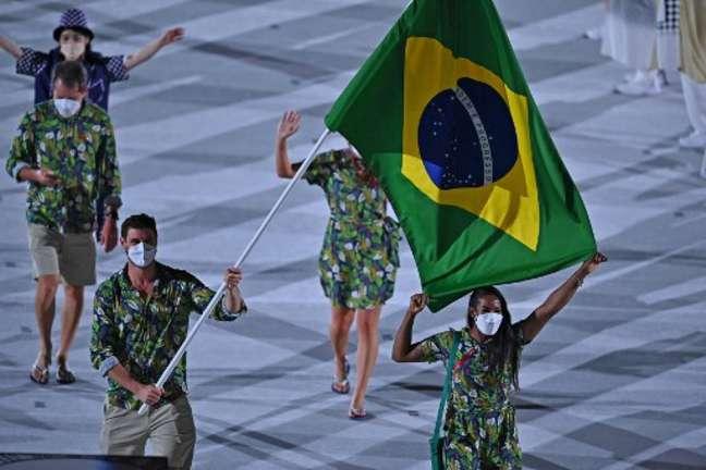 Bruninho, filho de Bernardinho, foi porta-bandeira do Brasil na cerimônia de abertura (Foto: BEN STANSALL / AFP)