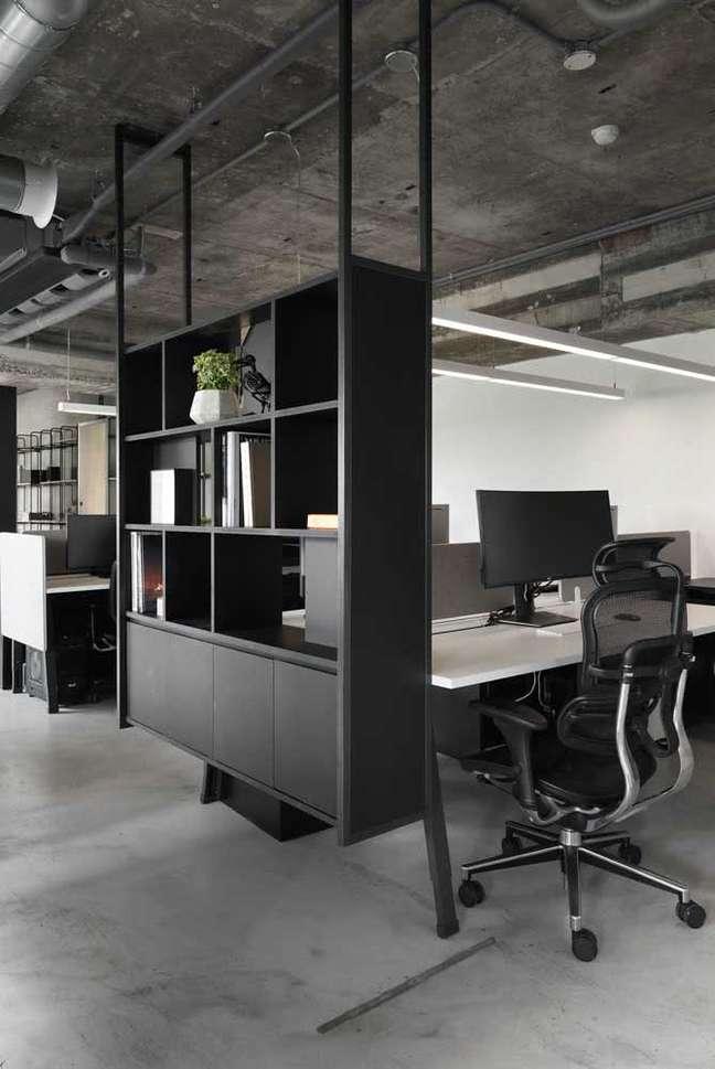 20. Divisórias para escritório preto com armários – Foto Pinterest