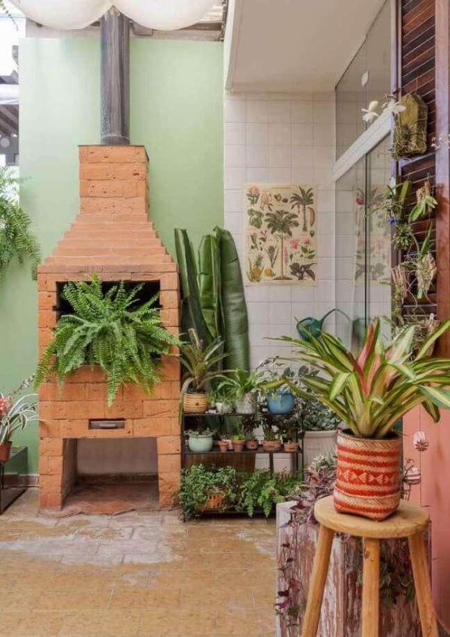 15. Chaminé de churrasqueira de tijolinho pequena com plantas na decoração – Foto Pinterest