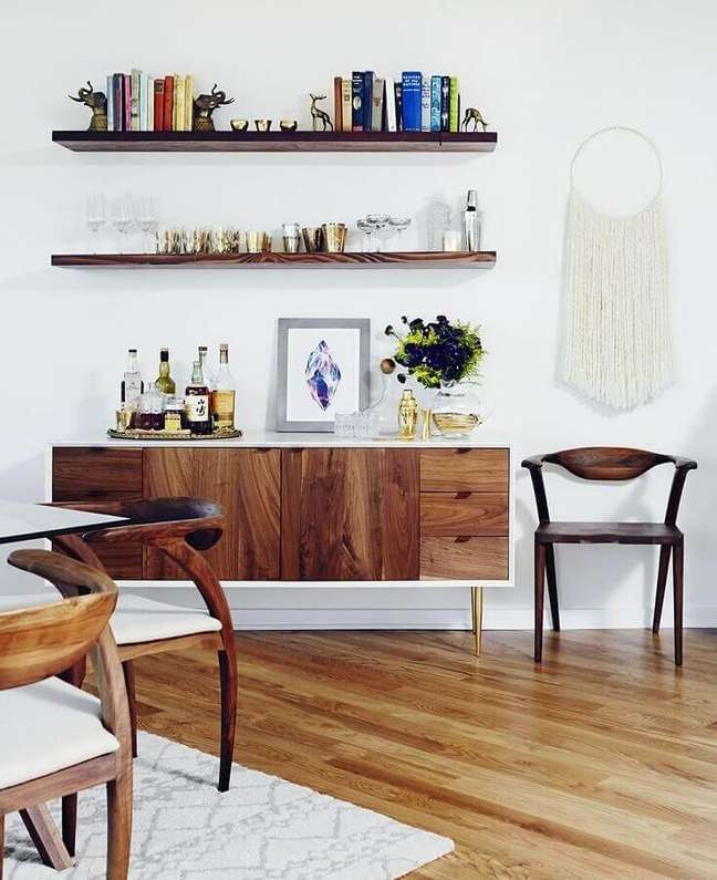 49. Sala de jantar decorada com buffet aparador de madeira com pés palito – Foto: Domaine Home
