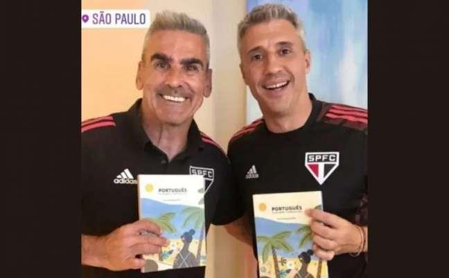 Crespo e Gustavo Nepote com o livro 'Portugués en un abrir y cerrar de ojos' (Reprodução: Instagram)