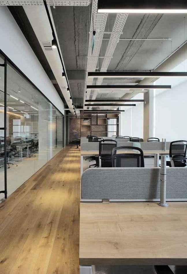 36. Divisórias para escritório com mesas planejadas – Foto Pinterest
