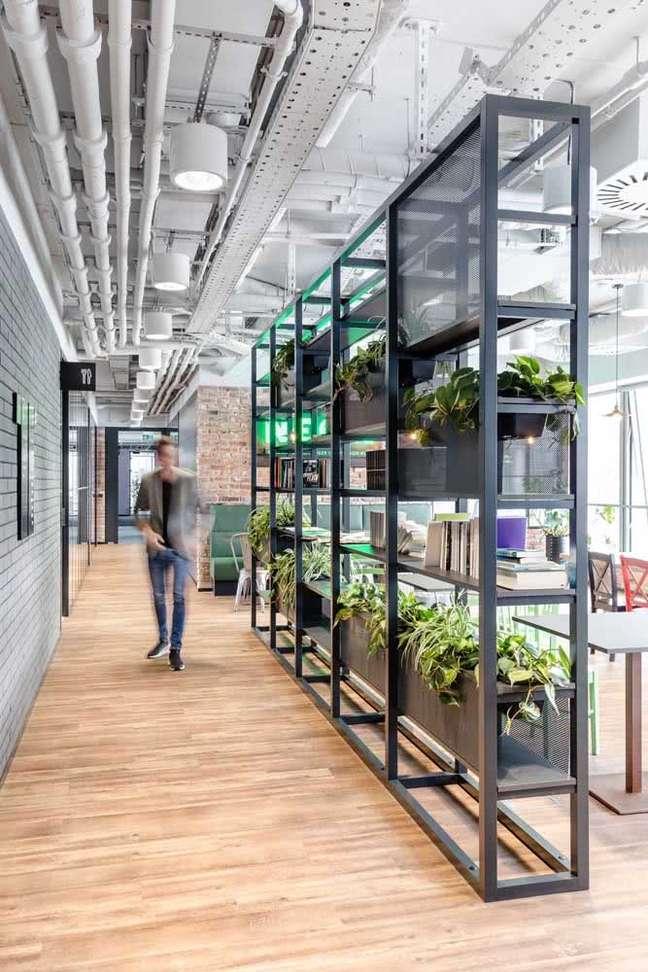 61. Estante com plantas nas divisórias para escritório – Foto Pinterest