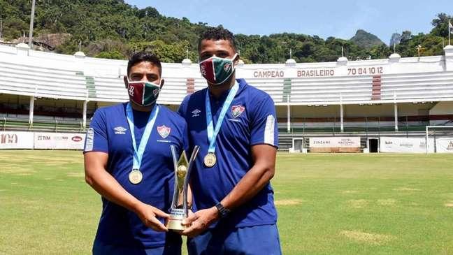 Filipe Torres, à esquerda, segura o troféu do Brasileirão Sub-18 ao lado de Isaías Rodrigues, à direita (Foto: Flu-Memória)