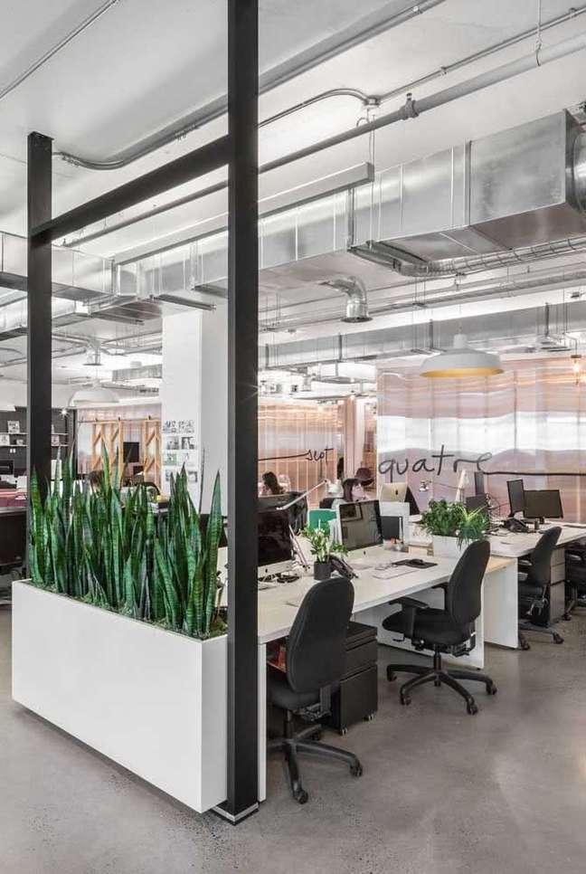 7. Divisórias para escritório com vaso de plantas – Foto Pinterest