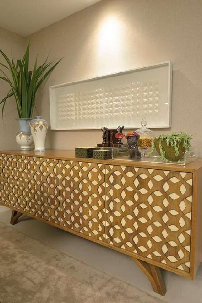 54. Sala decorada com buffet de madeira com acabamento geométrico nas portas – Foto: Pinterest