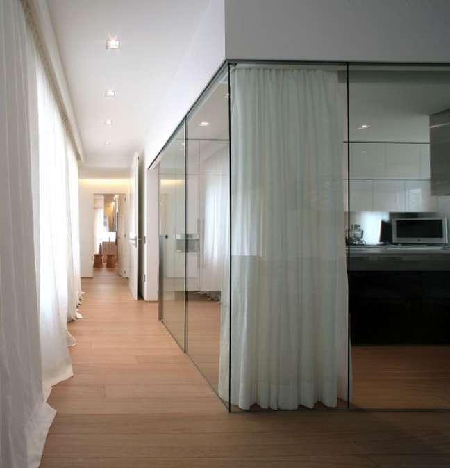 43. Divisória de vidro para escritório com cortinas para fechar o espaço – Foto architonic