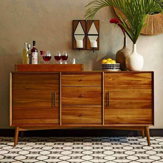 13. Buffet de madeira decorado com vasos de plantas e bandeja para barzinho – Foto: west elm