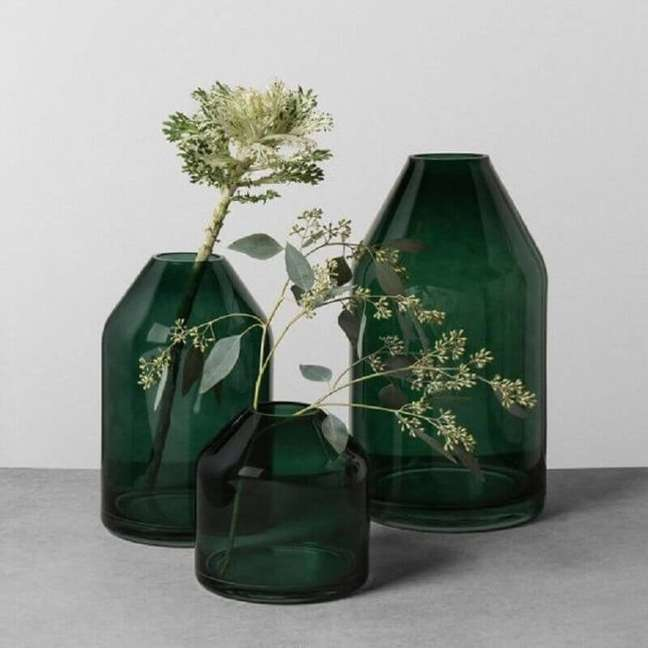 4. Decoração cor verde com vasos de vidro – Foto: Pinterest
