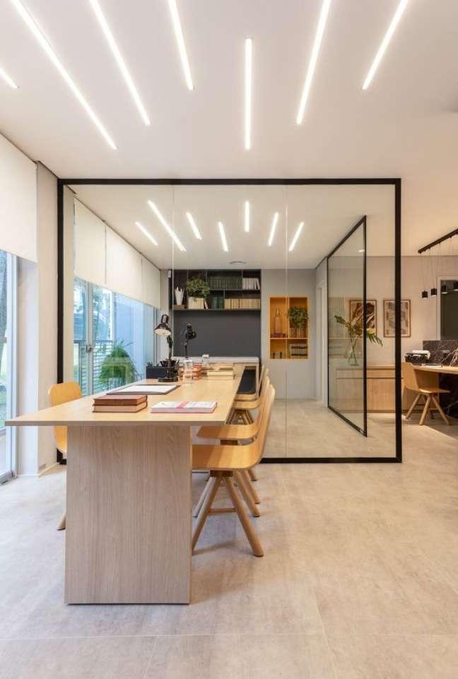 47. Divisórias de vidro para escritório moderno – Foto Sala2 arquitetura e design
