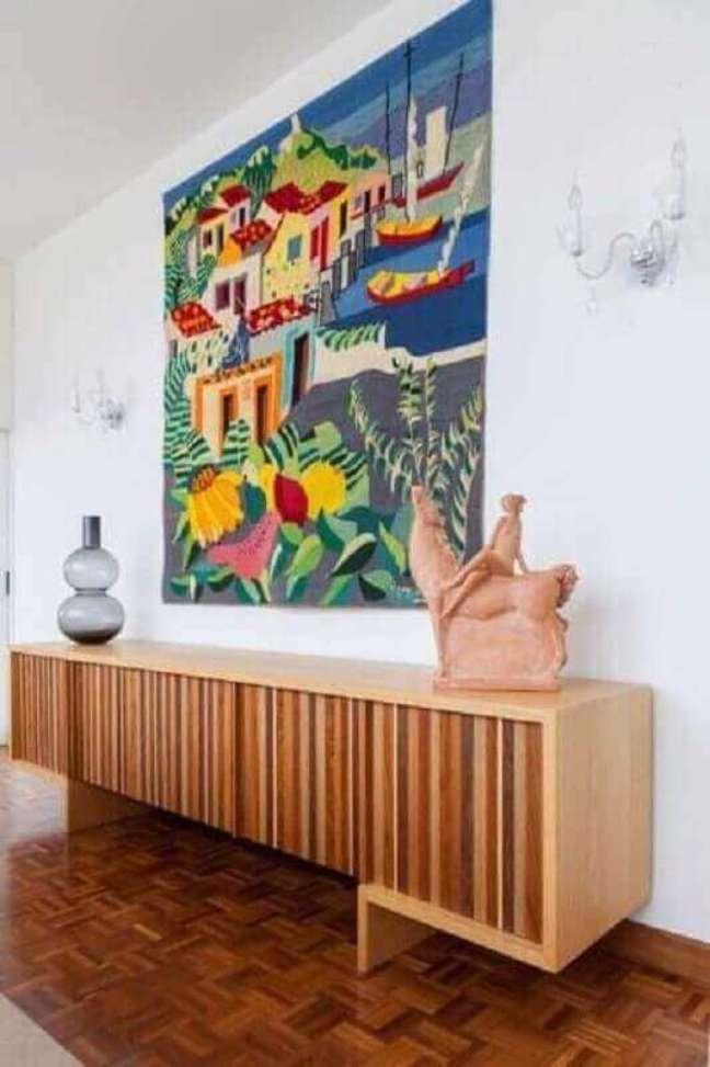 52. Sala de jantar decorada com quadro grande colorido e buffet de madeira moderno – Foto: Jeito de Casa