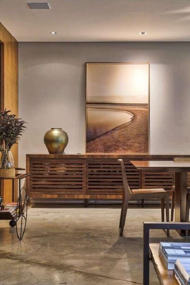 55. Sala decorada com parede cinza e buffet de madeira maciça – Foto: Casa de Valentina