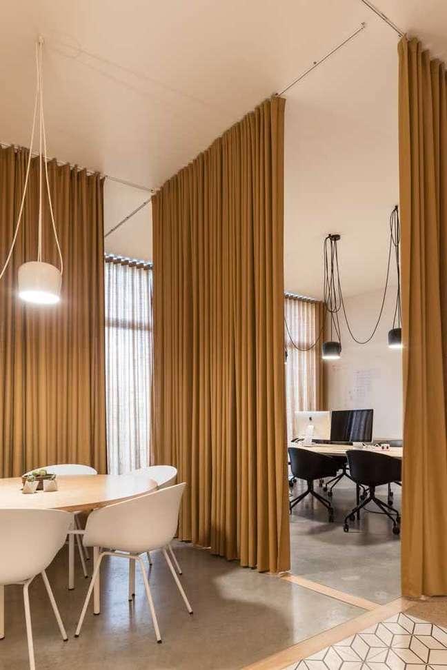 24. Divisórias para escritório de madeira com mesa oval branca – Foto Pinterest
