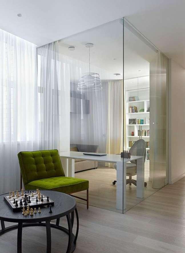 51. Divisórias para escritório de vidro com cortina para privatizar o espaço – Foto Homeadore