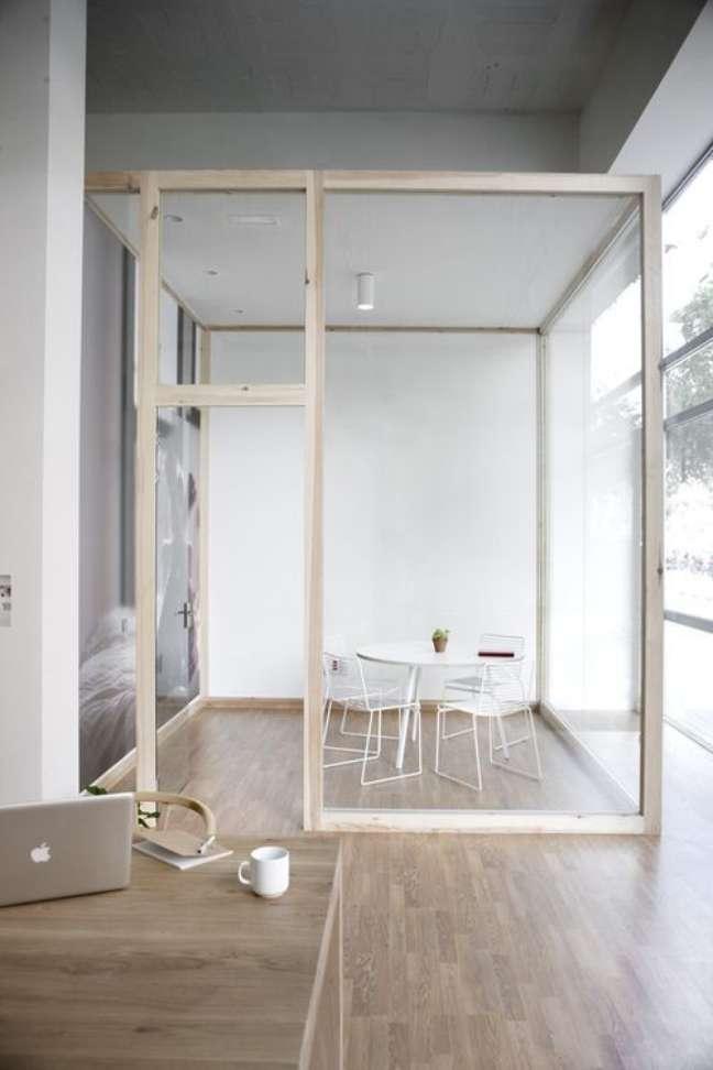 55. Divisórias para escritorio de vidro são práticas para dividir ambientes – Foto Sturbock