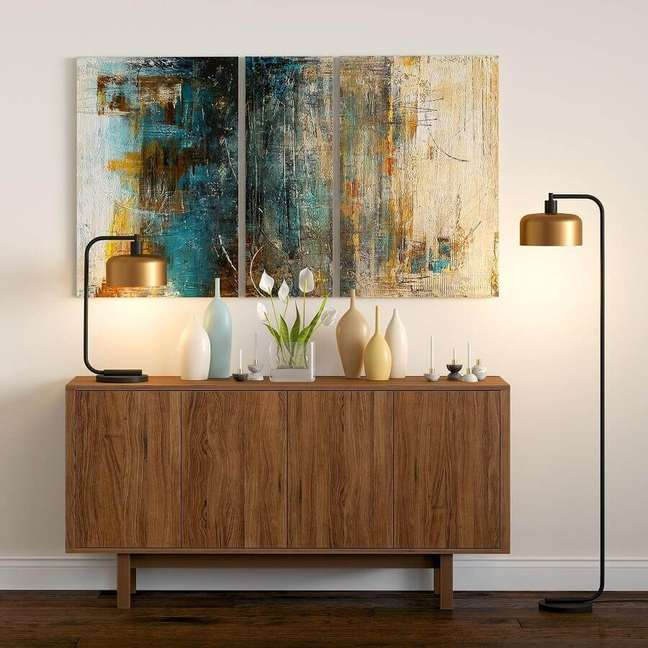 32. Decoração de sala com luminária moderna e buffet de madeira pequeno – Foto: Overstock