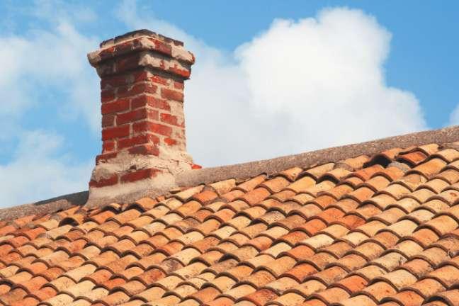12. Casa com chaminé no telhado – Foto depositphotos