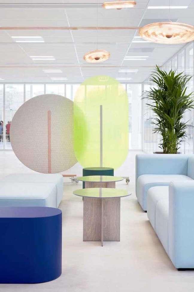 37. Divisórias para escritório em cores claras e detalhes em azul e verde – Foto Pinterest