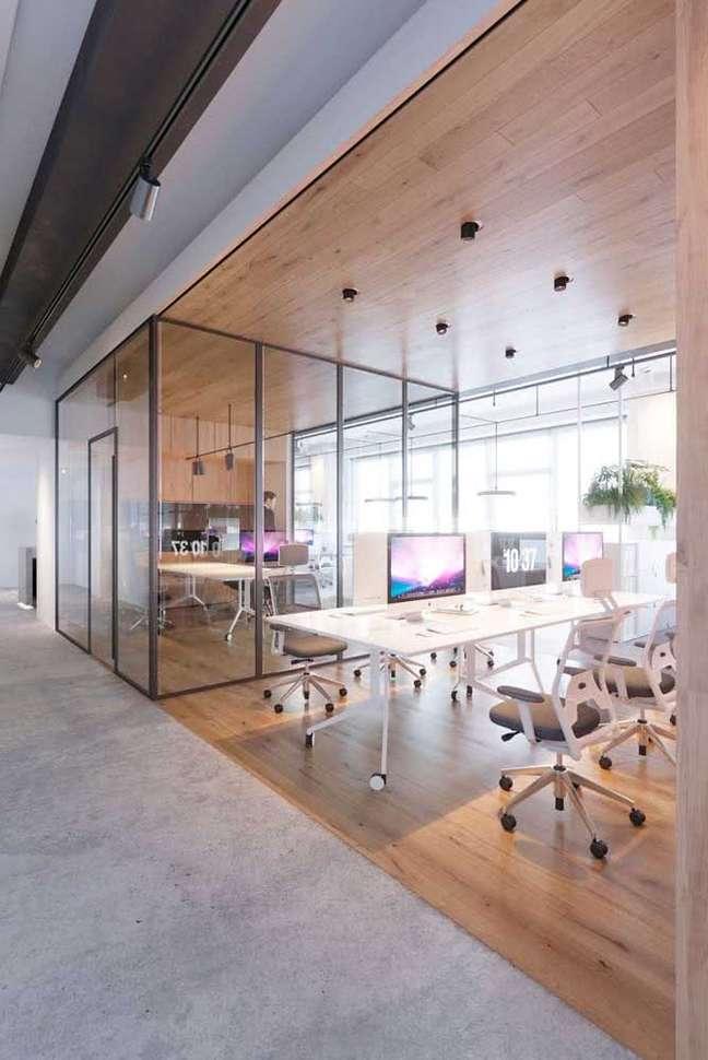5. Divisórias para escritório de vidro e mesa branca – Foto Pinterest