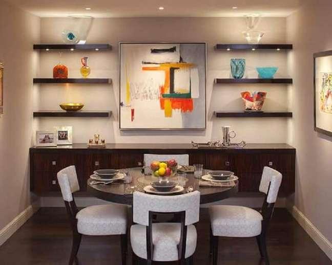 50. Sala de jantar decorada com mesa redonda e buffet de madeira escura – Foto: Architecture Art Designs