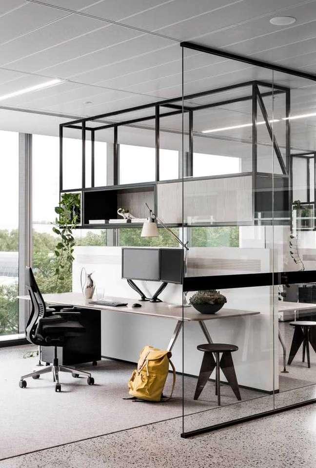 60. Divisória de vidro para escritório moderno com estante de ferro – Foto Pinterest