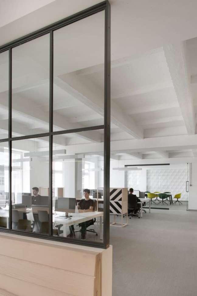 46. Divisória para escritório de vidro e ferro – Foto Marilia Veiga