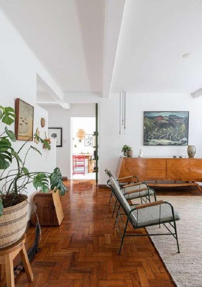 56. Sala grande decorada com poltrona moderna e balcão buffet de madeira – Foto: Histórias de Casa