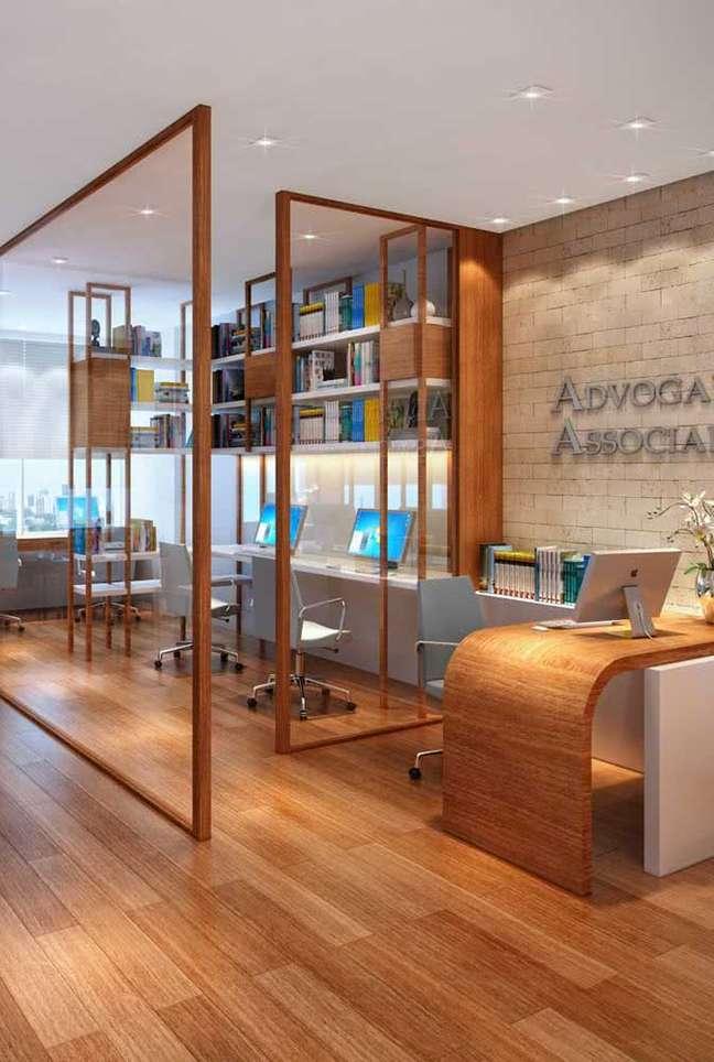 19. Divisórias para escritório de vidro e móveis de madeira – Foto Pinterest