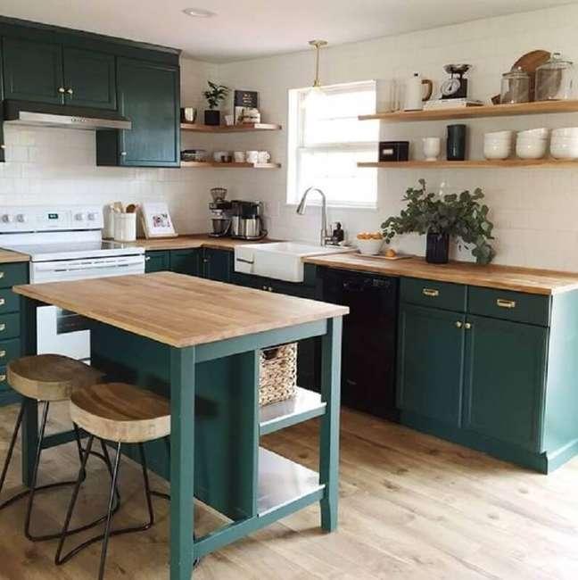 1. Decoração cor verde para cozinha planejada com bancada de madeira – Foto: Pinterest
