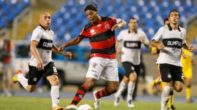 2012: Ronaldinho chegou a marcar de pênalti no Rio, mas o Fla ficou num 3x3 com o Olimpia (Foto: Reprodução)