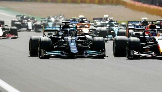 A disputa entre Lewis Hamilton e Max Verstappen, que acabou com o abandono do holandês, começou logo na largada do GP da Inglaterra