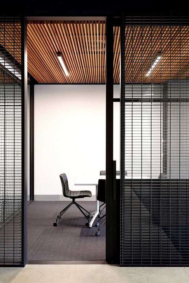 63. Divisórias de ferro para escritório moderno com cadeiras confortáveis – Foto Pinterest