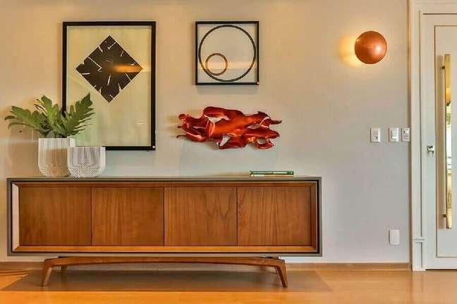 6. Decoração moderna para hall de entrada com buffet de madeira – Foto: Casa de Valentina